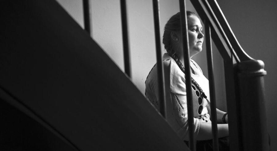 Antallet af selvmordsforsøg med smertestillende præparater fortsætter med at styrtdykke, efter at nye regler har gjort det sværere at få fat i f.eks. store mængder hovedpinepiller. Liselotte Lykkemark forsøgte som 16-årig at tage sit eget liv ved at sluge et glas hovedpinepiller, da hun gik på efterskole. I dag forsøger hun at hjælpe andre unge ved at fortælle sin historie.