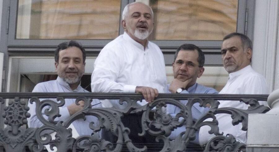 Spidserne i den iranske delegation samlede på balkonen på hotel Palais Coburg i Wien, hvor maratonforhandlingerne har fundet sted. Fra venstre viceudenrigsminister Abbas Araqchi, udenrigsminister Mohammad Javad Zarif, viceminister for europæiske og amerikanske affærer Majid Takht-Ravanchi og Hossein Fereydoun, præsidentens bror.