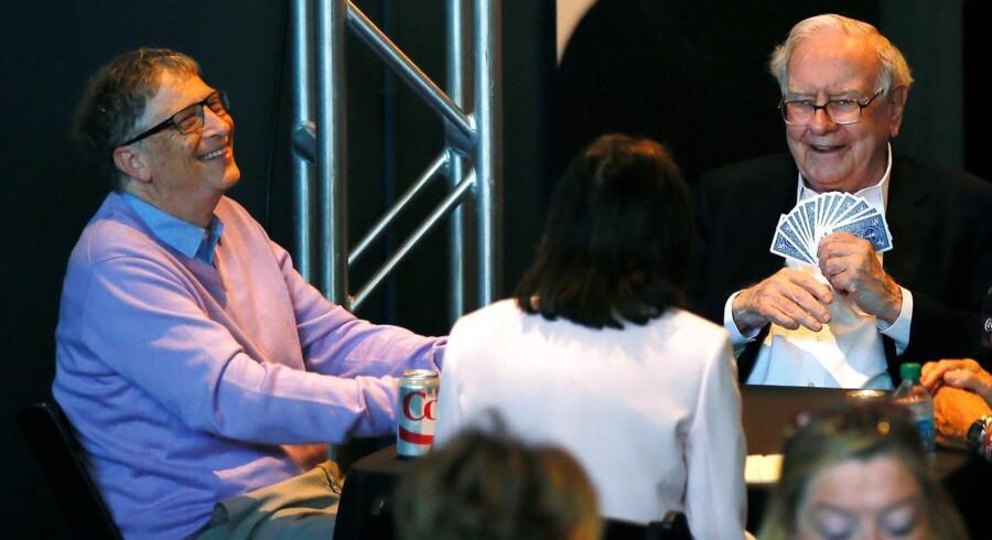 De to milliardærvenner Bill Gates (til venstre) og Warren Buffett (til højre) arbejder sammen om at nedbringe deres formuer ved at bruge dem på velgørende formål - og det sker ikke ved kortspil. Arkivfoto: Rick Wilking, Reuters/Scanpix