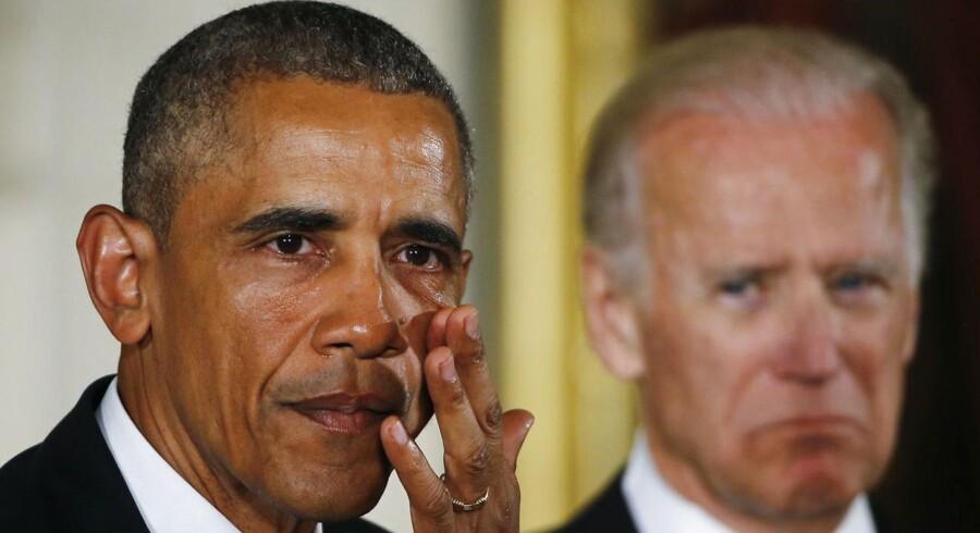 Obama måtte flere gange tørrer tårene bort under en pressekonference, hvor han fremlagde stramningerne af den amerikanske våbenlov