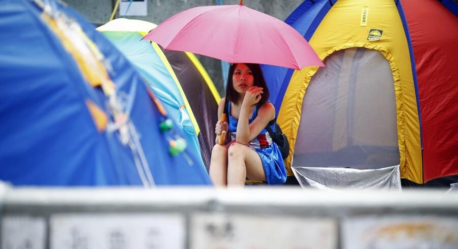 Paraplyen er blevet et symbol på de fredelige demonstrationer i Hong Kong. Foto: Scanpix