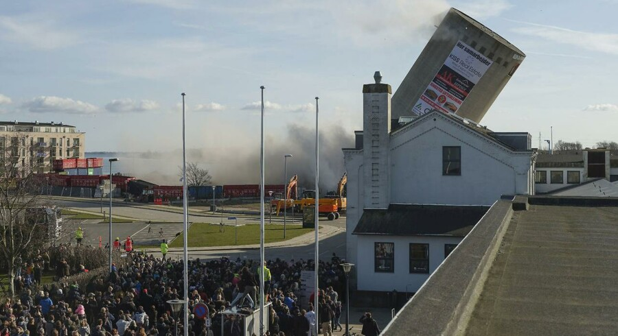 Silo-sprængning går galt på Vordingborg Havn, fredag den 6. april 2018. Siloen, der er 53 meter høj, falder til den forkerte side og lander i det lokale bibliotek. Foto: RASMUSSEN PER/Scanpix 2018)