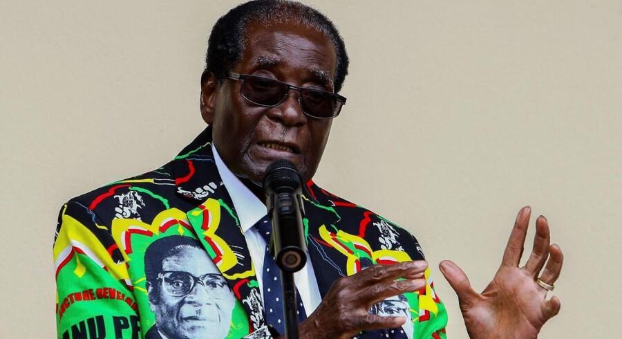 Zimbabwes præsident, der er under stort pres for at gå, nøjes med at sige godnat til seere i tv-tale. / AFP PHOTO / Jekesai NJIKIZANA
