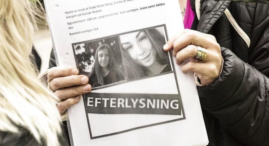 Eftersøgningen af den forsvundne 17-årige Emilie Meng er i fuld gang i Korsør. En stor gruppe frivillige går systematisk til værks og deler byen op i mellem sig. I spidsen står Jane Valsted.