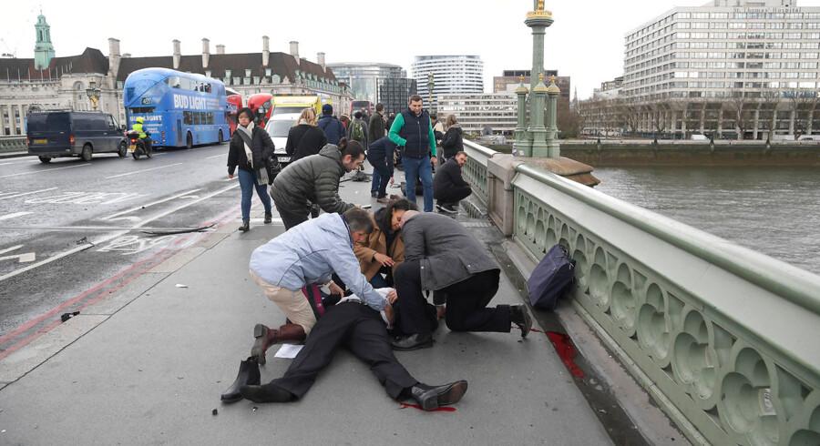 Terrorangrebet i London den 22. marts 2017 har kostet endnu et liv. Rumænske Andreea Cristea faldt i Themsen under angrebet på Westminster Bridge, men blev senere reddet op i kritisk tilstand. Nu er hun erklæret død. Hun er det femte dødsoffer for Khalid Masoods handlinger. Det skriver BBC. ARKIV: Injured people are assisted after an incident on Westminster Bridge in London, March 22, 2017. REUTERS/Toby Melville