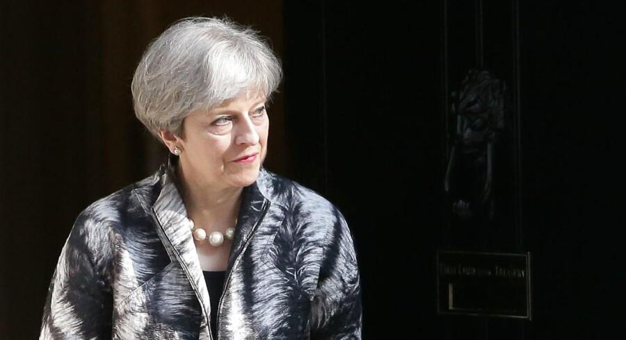Lækkede dokumenter fra EU-Kommissionen lægger op til en skærpet linje fra EUs side i de kommende Brexit-forhandlinger netop som den britiske premierminister, Theresa May, fører valgkamp i Storbritannien. Her ses hun forud for et møde med Europa-Parlamentets formand, Antonio Tajani, den 20. april. / AFP PHOTO / Daniel LEAL-OLIVAS