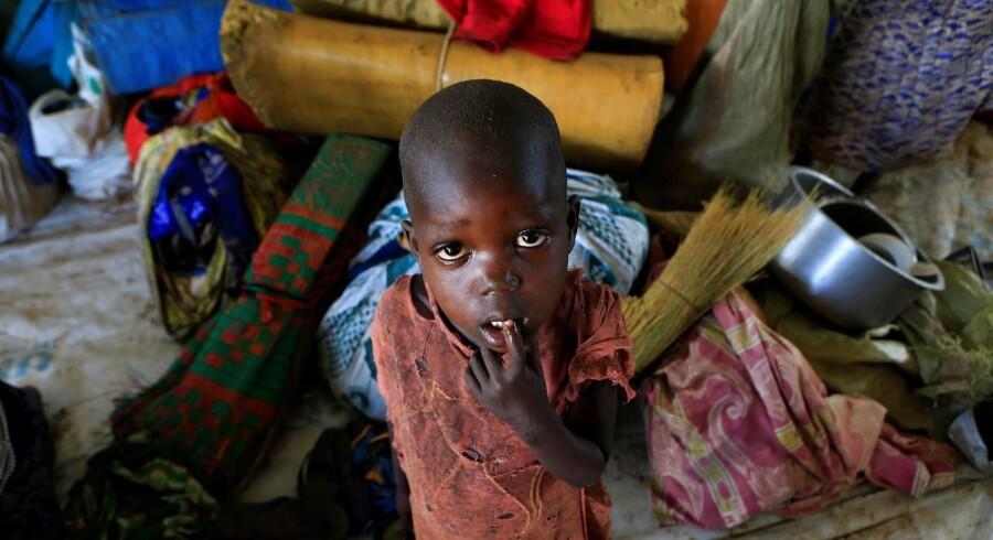 En sydsudanesisk dreng, der sammen med sin familie er flygtet fra landet og nu opholder sig i en flygtningelejr i Uganda.