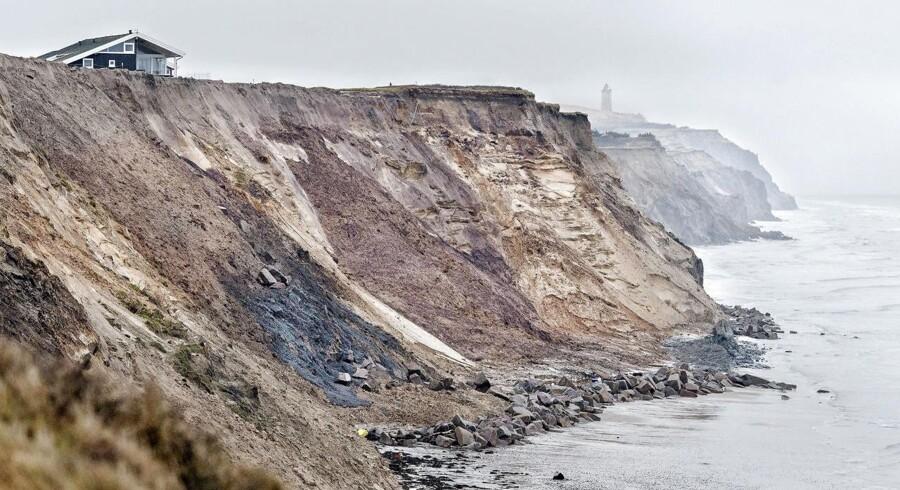 I Lønstrup har en gruppe udført ulovlig kystsikring ved at at hælde cement ude over kanten på kysten samt ryddet et stort fredet område.