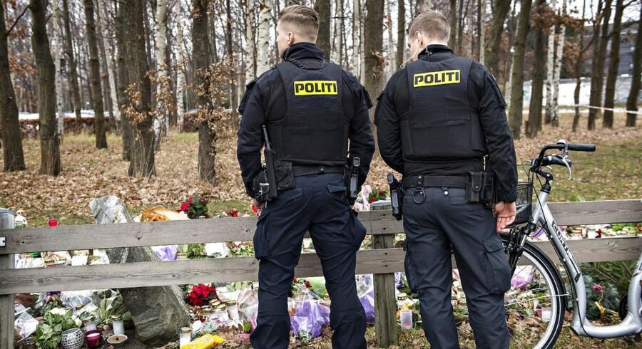 (ARKIV) Betjente står ved blomster ved politistationen i Albertslund, den 8. december 2016. Retten i Glostrup indledte tirsdag den 12. september 2017 sagen mod en mand, der er tiltalt for at have skudt og dræbt den 43-årige betjent Jesper Jul foran politistationen i Albertslund. Han er nu kendt skyldig. (Foto: Jens Nørgaard Larsen/Scanpix 2017)