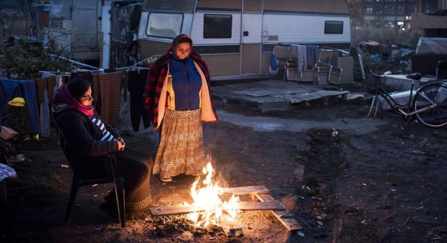 En romalejr i et industrikvarter i udkanten af Malmø har i halvandet år fungeret for hjem for omkring 200 mennesker. Malmø Kommune ville have ryddet pladsen kl. 16, men det er ikke sket.