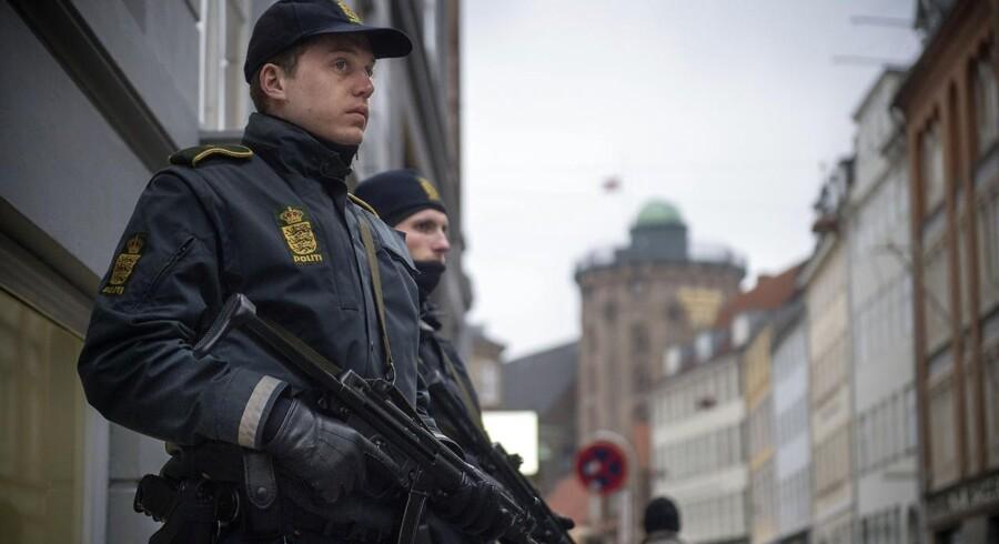 Arkivfoto: Stærkt bevæbnet politi uden for den jødiske synagoge på Krystalgade i København.