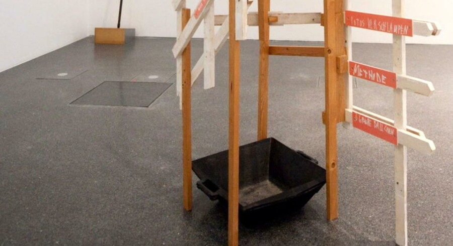 """Kalkrandene på siderne af gummibaljen er væk, men man kan stadig se Martin Kippenbergers """"Når det begynder at dryppe fra loftet"""" på Ostwall-museet i Dortmund."""