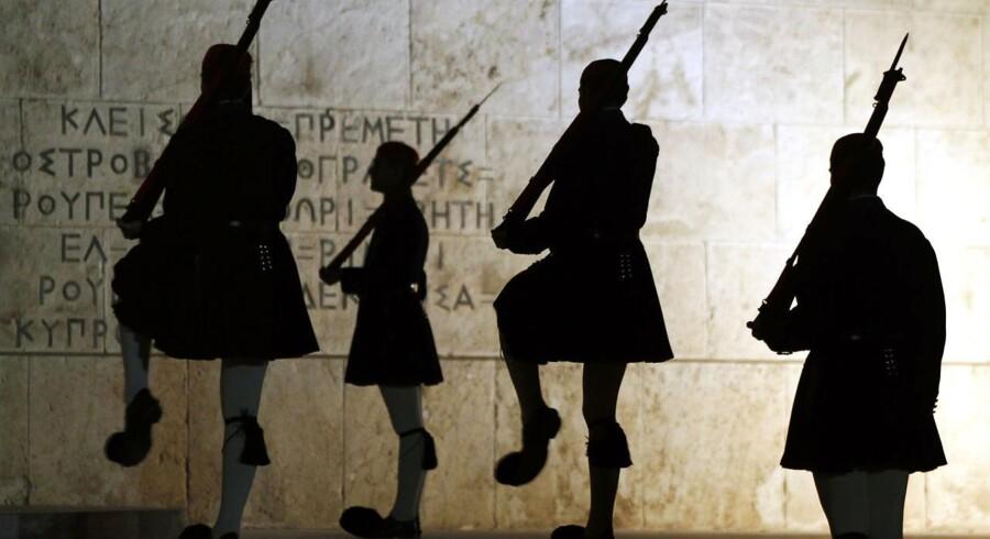 Præsidentgarden gør vagtskifte foran det græske parlament. Senere i dag er der varslet massedemonstrationer netop her.