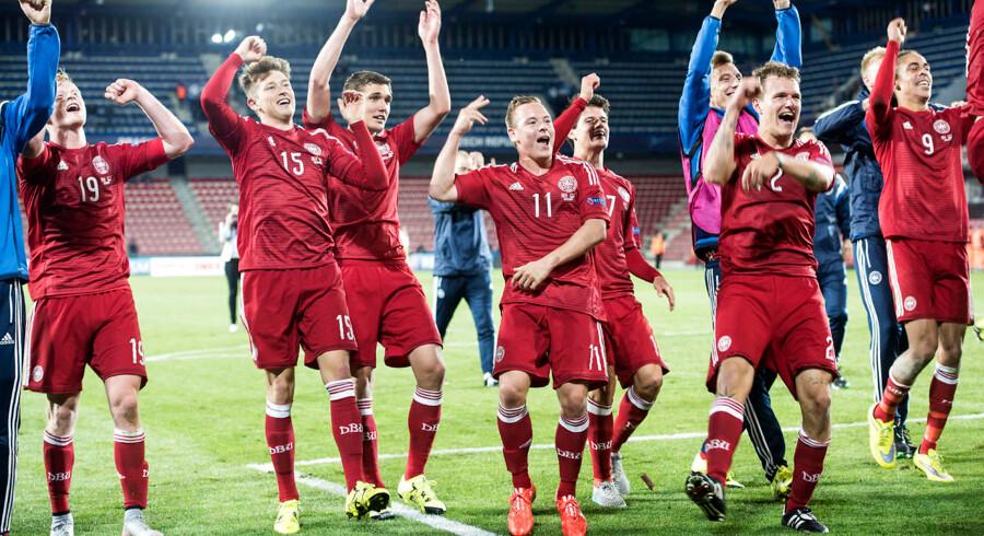 De danske U21-landsholdsspillere fejrer EM-sejren over Serbien.