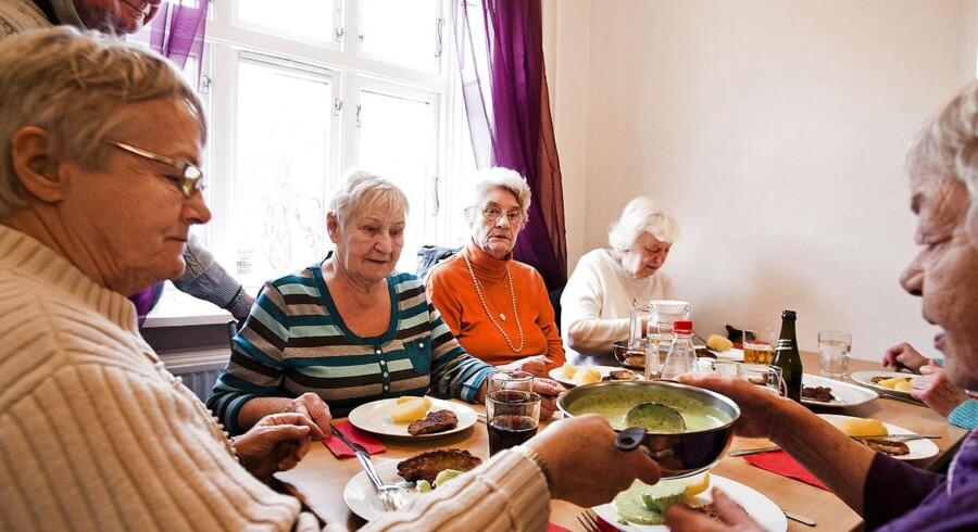 Ældre der spiser sammen i Sydhavnen.