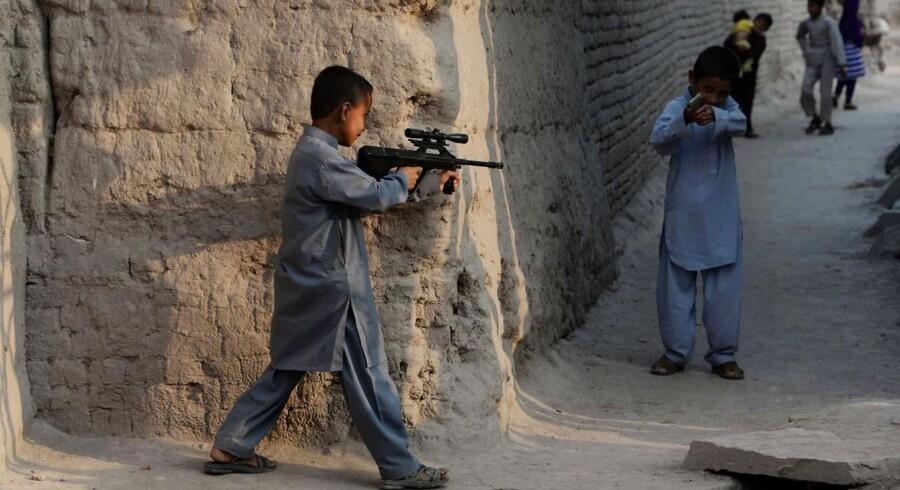 Nok er børn er noget af det mest uskyldige på denne jord, men det er ikke ensbetydende med at omgivelserne for deres fri udfoldelse er ligeså. Ganske vist er det plasticpistoler som de afganske drengene på billedet her leger med, ligesom jævnaldrende verden over. Den daglige, naturlige tilgang til krig, ødelæggelse og almen brug af skydevåben til ugerninger, kan dog næppe være et godt udgangspunkt for uskyldig leg med skydevåben. Klik videre for flere billeder af de mange krigshærgede legepladser, som børn verden over dagligt boltrer sig i.