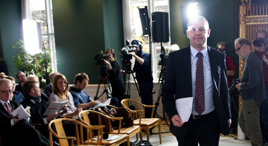 Finansminister Bjarne Corydon ankommer til pressemøde i Finansministeriet