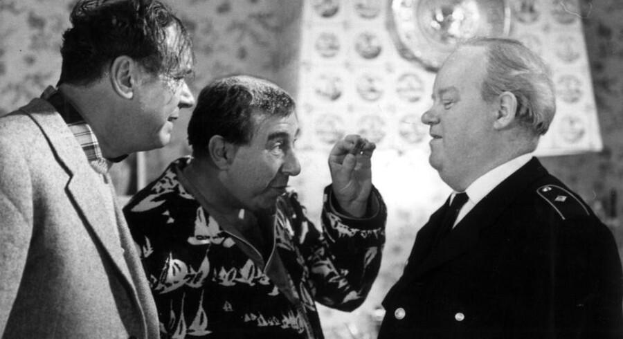 Allerede i den gamle, danske film »Naboerne« fra 1966 blev store maskiner taget i brug. Her ses Ebbe Rode, John Price og Karl Stegger i en mindre hårdhændet scene. Arkivfoto: Scanpix
