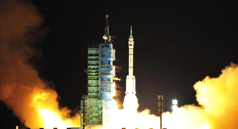 Rumraketten Shenzhou VIII blev i nat sendt i kredsløb om jorden, hvor den skal forenes med rumraketten Tiangong-1, der allerede er i rotation om jorden. Planen er en rumstation i 2020. REUTERS/China Daily(CHINA -