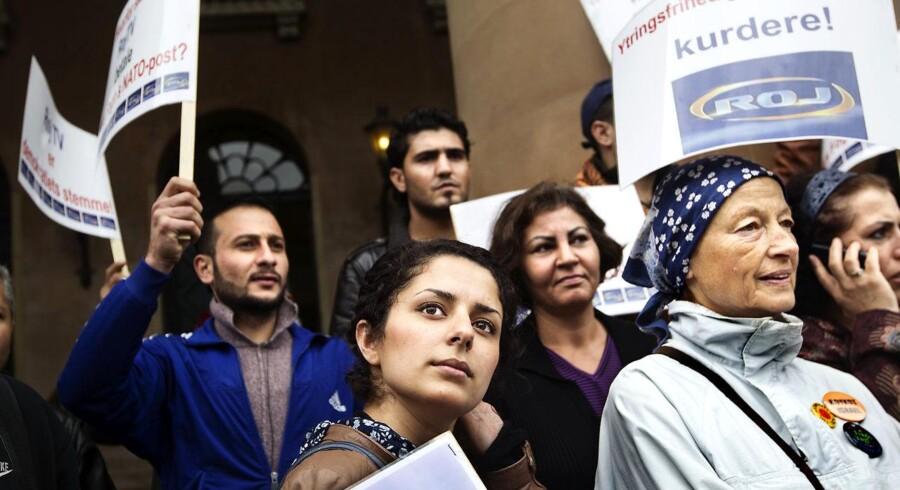 En række kurdiske organisationer demonstrerer foran byretten i København mandag morgen den 15.august 2011, hvor retten indledte sagen om, hvorvidt ROJ TV skal have inddraget sin sendetilladelse.