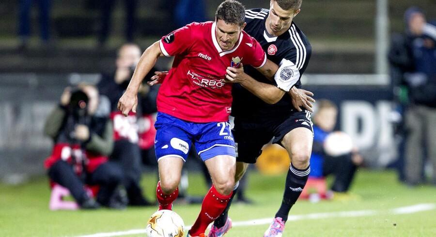 Jan Kristiansen stopper i FC Vestsjælland. Her er han i nærkamp med AaBs Nicklas Helenius.