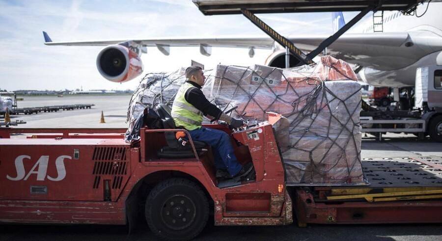 ARKIVFOTO. Bagage læsses af et SAS-fly.