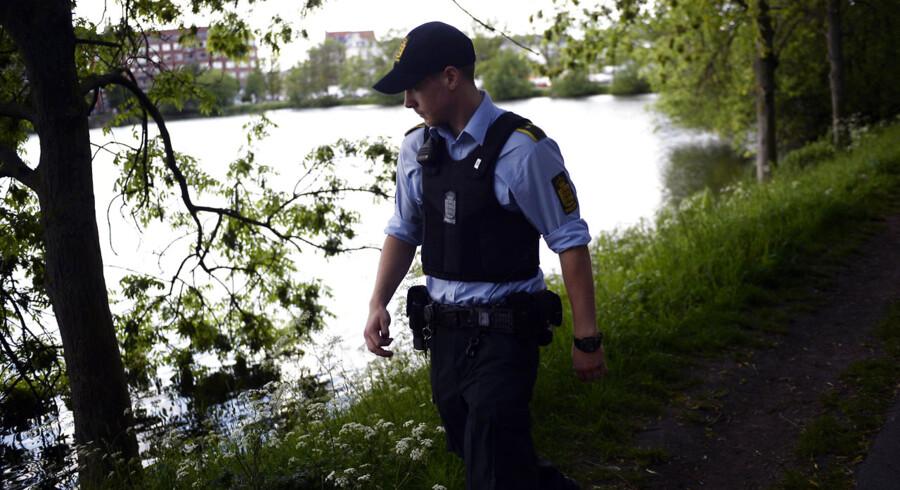 Liget af en kvinde dukkede torsdag op ved Sankt Jørgens Sø midt i København. I første omgang mente politiet, at der var tale om en mand, mend et viste sig senere at være forkert.