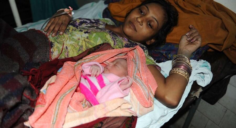 Den indiske kvinde Pooja med sit nyfødte pigebarn i dag, 31. oktober , 2011.
