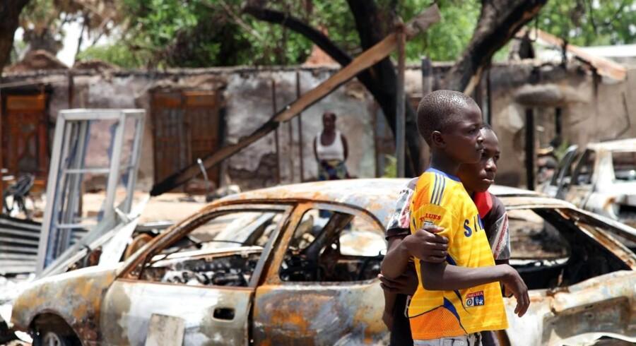 Blandt andre disse to drenge kan glæde sig over, at byen Michika i Nigeria er blevet generobret af militæret efter at have været under Boko Harams kontrol. Men ifølge Amnesty International rammer kampen mod terrororganisationen ofte civilbefolkningen. Flere end 7.000 unge mænd og drenge er ifølge menneskerettighedsorganisationen døde i militære fængsler siden marts 2011, og mindst 20.000 er blevet fængslet siden 2009 - »hundredvis af mænd« bliver anholdt på løse mistanker, lyder det.