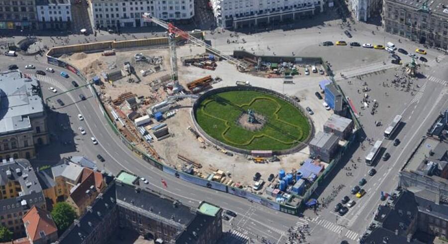 Under Københavns gader begyder Cityringen efterhånden at tage form. En tredjedel af tunnelen er nu boret og flere steder er man i fuld gang med at indrette stationerne. Det kan være lidt svært at følge med bag de grønne byggepladshegn, men Metroselskabet har været i luften for at fotografere dem alle, så du kan få en indblik i byggeriet.Stationsbyggepladsen Kongens Nytorv.Her vil du kunne skifte mellem de eksisterende metrolinjer og Cityringen.Klik videre for at se flere billeder af metrobyggeriet.
