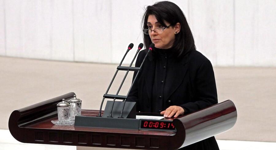 Politikeren Leyla Zana fra det prokurdiske BDP, som netop er vendt tilbage til det tyrkiske parlament, efter en fire måneder lang boykot grundet fængslingen af en række prokurdiske politikere. Zana har selv afsonet en længere fængselsdom.