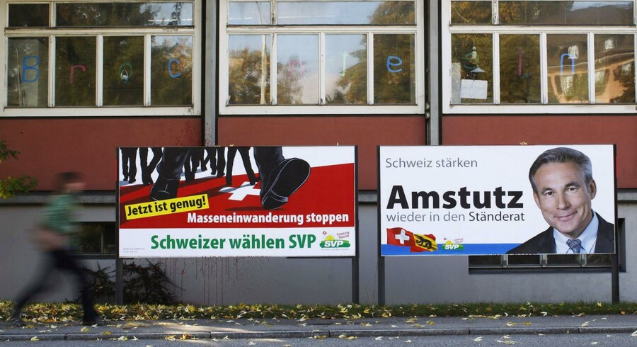 "Her en valgplakat fra det højreradikale schweiziske parti SVP, hvor der står: ""Nu er det nok! Masseindvandringen skal stoppe."""