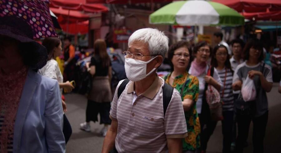 En mand bærer en ansigtsmaske på et marked i Sydkoreas hovedstad, Seoul.
