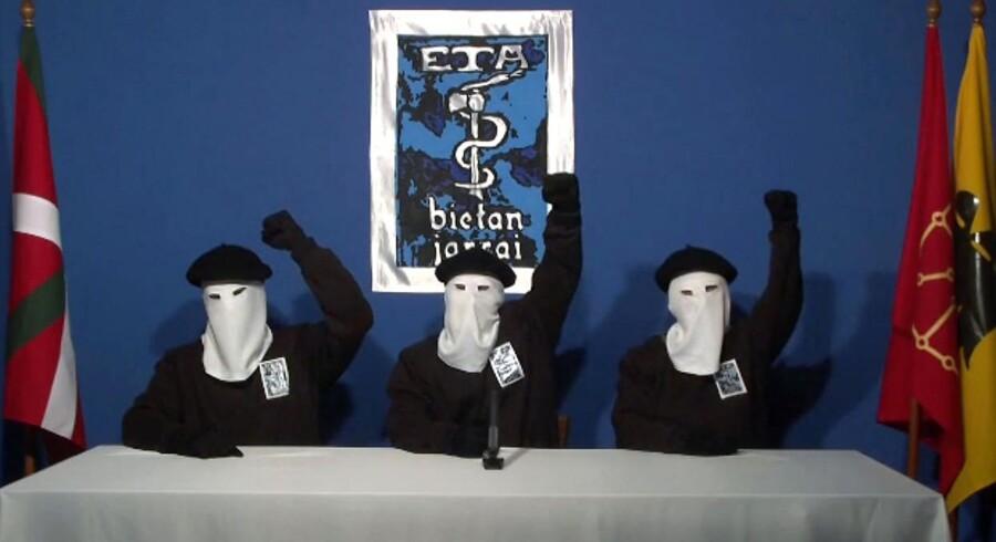 Tre maskerede mænd deklarerer på en video, at ETA nedlægger våbenene efter fire årtiers kamp for et selvstændigt Baskerland.