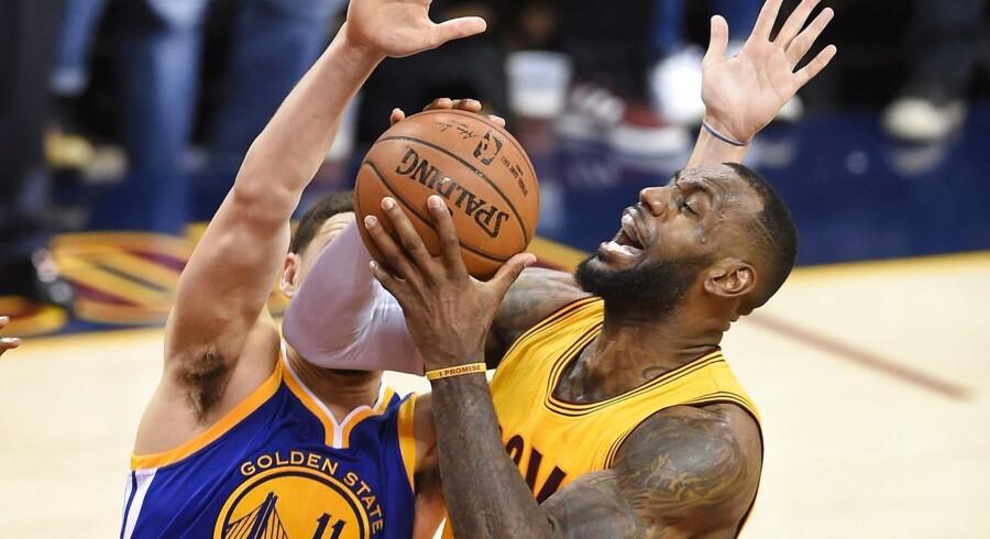 LeBron James lavede 40 point, da han sammen med holdkammeraterne fra Cleveland Cavaliers vandt det tredje opgør i NBA-finalesejren mod Golden State Warriors.