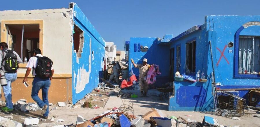 Folk samler deres ejendele efter tornadoen ramte det nordlige Mexico.