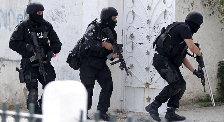 Tunesisk antiterror-personnel i arbejde efter mandagens dødelige angreb.