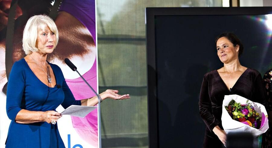 """Den engelske skuespiller og æresformand for Nordisk Råd, Helen Mirren (foto), præsenterer vinderen af Nordisk Råds filmpris på et pressemøde mandag den 17. oktober på Dansk Design Center. Vinderen blev Pernilla Augusts (tv) film """"Beyond""""."""