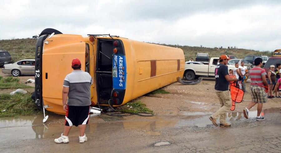 En tornado ramte mandag den amerikanske delstat Coahuila, der grænser op til Texas. 13 mennesker - ti voksne og tre børn - har indtil nu mistet livet som følge heraf og man frygter at tallet kun vil stige når omfanget af naturkatastrofen bliver gjort op. I gaderne er biler og bygninger ødelagt og flere hundrede hjem er nu ubeboelige.
