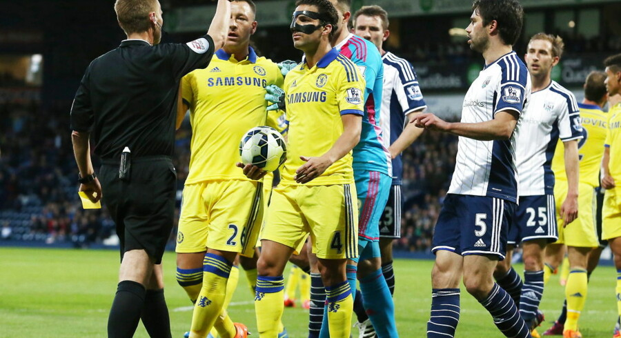 epa04755838 Referee Mike Jones (L) sends-off Chelsea's Cesc Fabregas (C) for kicking the ball at him during an on-pitch dispute during the English Premiership league soccer match between West Bromwich Albion and Chelsea at the Hawthorns stadium in Birmingham, Britain, 18 May 2015. EPA/LINDSEY PARNABY DataCo terms and conditions apply http//www.epa.eu/downloads/DataCo-TCs. pdf