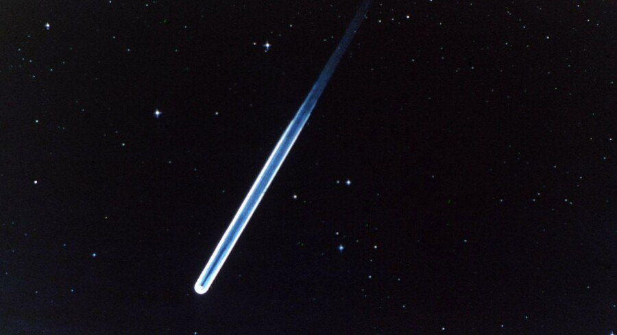 Tusindvis af stjerneskud vil i aften lyse op på himlen over Danmark, når Jorden passerer gennem resterne af en komet. Her ses en meteorits glødende spor gennem atmosfæren.