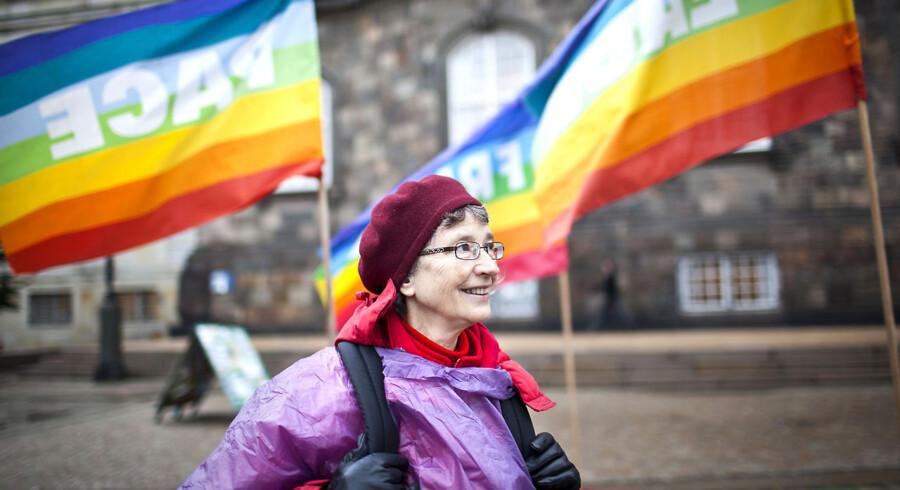Fredsvagten på Christiansborgs slotsplads fylder 10 år den 19. oktober 2011. Pensioneret jurist Nina Friis er fredsvagt og står på pladsen på forskellige tidspunkter, året rundt. Hun har været fredsvagt siden 2002.