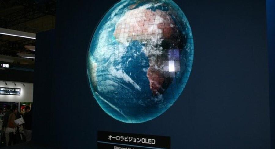 Mitsubishi viser halvkugleformet OLED-skærm på japansk messe.