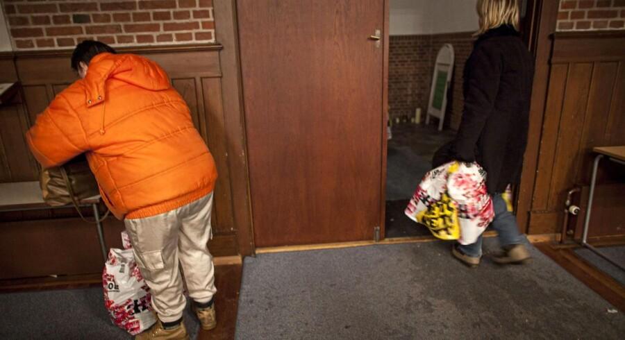Julehjælp i Kristuskirken på Nørrebro onsdag den 22. december 2010, hvor ca. 150 enlige mødre, der lever under fattigdomsgrænsen, får tildelt julegodter i form af julemad til sig selv og deres børn.