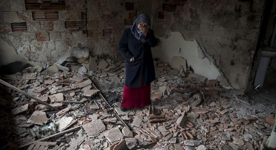 Rystede indbyggere i byen Kumanovo vendte mandag tilbage til gader fyldt med smadret glas, løse tagsten, ødelagte biler og jord blandet med blod. Alt sammen skader efter en weekend med kampe mellem politiets specialstyrker og etniske kosovoalbanere. Kampe, hvor 22 mennesker meldes dræbt og som flere frygter varsler en ny fase for et land i dyb krise.
