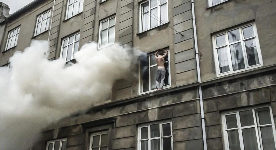 Søndag morgen udbrød brand i en lejlighed på Vesterbro i København. For at undslippe den høje temperatur kravlede en beboer ud ad vinduet. Efter 4-5 minutter kom Københavns Brandvæsen og hjalp ham ned, inden det gik galt.