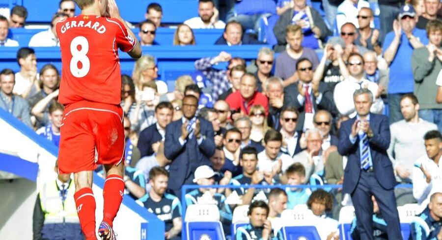 Liverpools Steven Gerrard bliver klappet af banen af Chelsea-manager Jose Mourinho og resten af Stamford Bridge.
