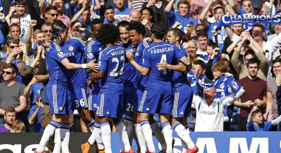 Chelsea-spillerne jubler, efter John Terry har bragt holdet foran mod Liverpool.