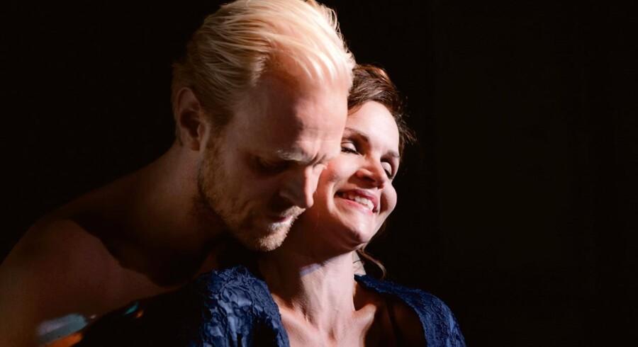 Mens alt endnu er idyl: Carsten Bjørnlund og Stine Stengade i »Anna Karenina« på Betty Nansen Teatret. Foto: Ulrik Jantzen