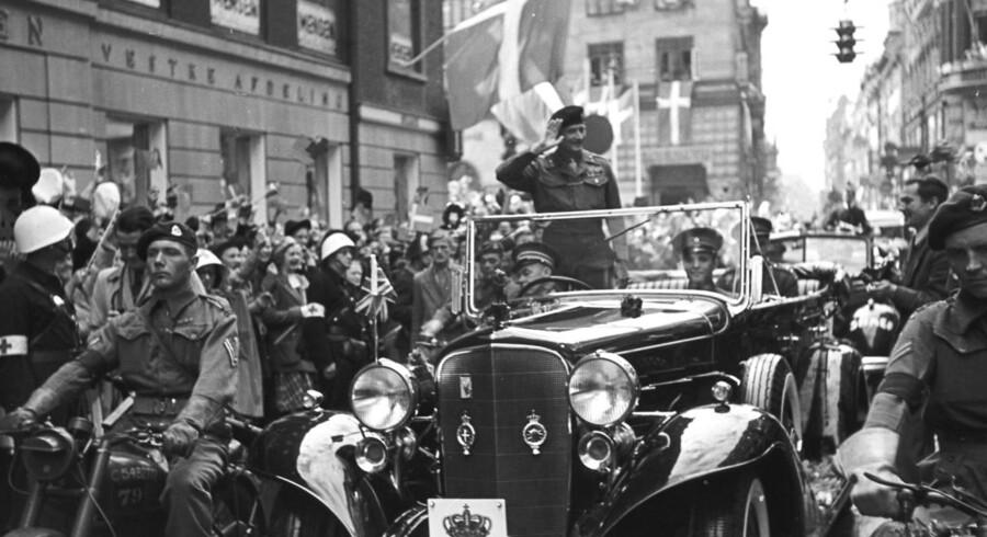 Den 12. maj for 70 år siden holder feltmarskal Bernard Law Montgomery sit indtog i København. Stående i kongens vogn modtager den sejrrige feltherre de hundredetusinders hyldest.